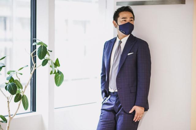 スーツとマスクのコーディネート